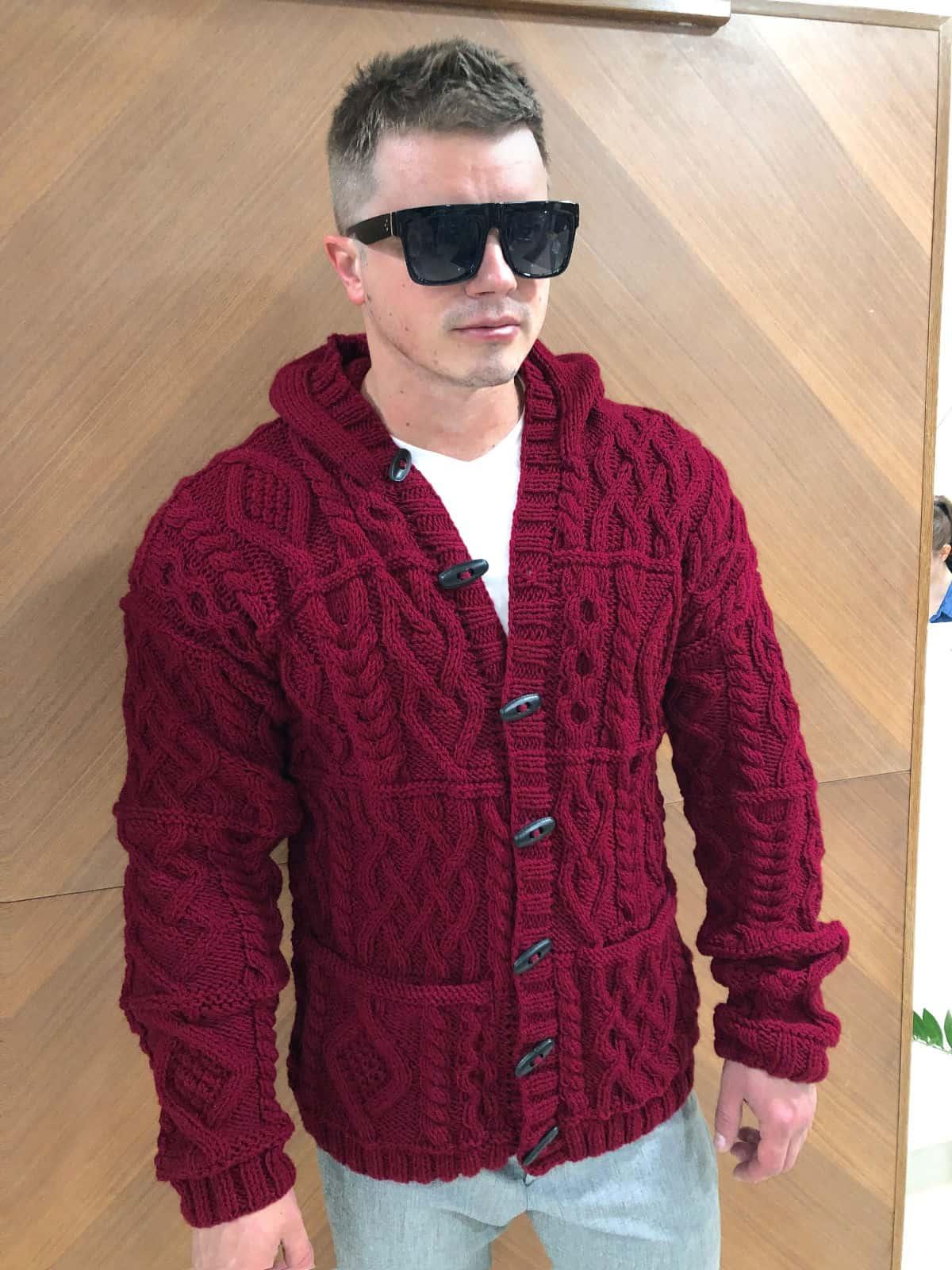 На третьей фотографии мужской кардиган с капюшоном бордового цвета от Shapar, бренда вязаной одежды ручной работы в интернет-магазине связанных спицами вещей.