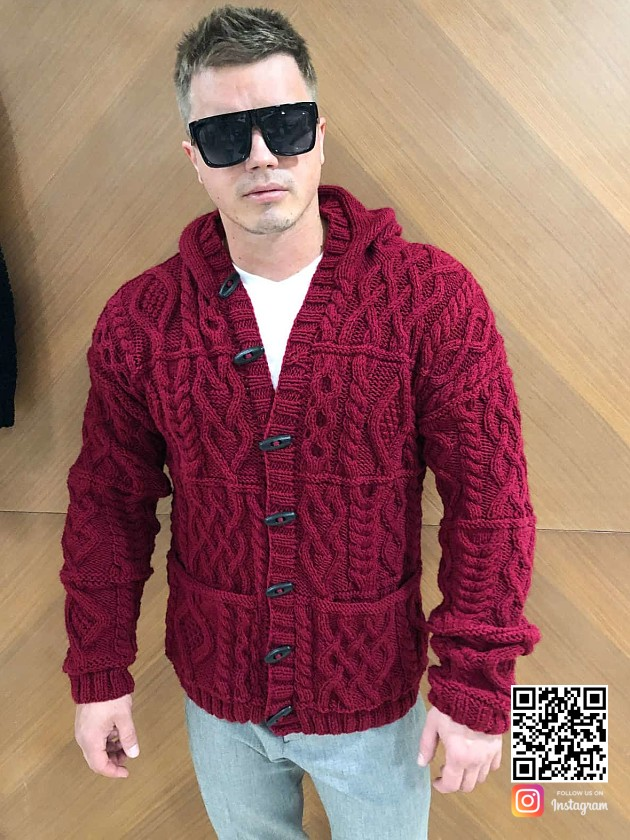 На фотографии мужской кардиган с капюшоном от Shapar, бренда вязаной одежды ручной работы в интернет-магазине связанных спицами вещей.