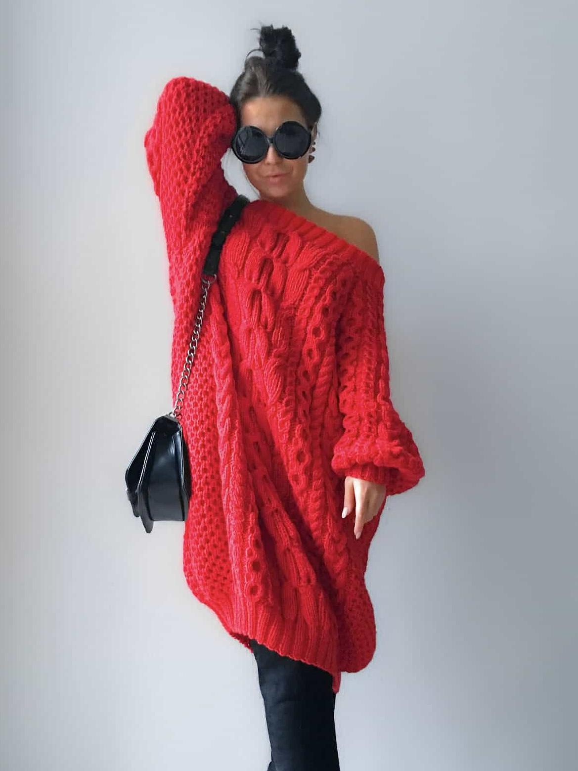 На фотографии объемное вязаное платье от Shapar, бренда женской одежды ручной работы в интернет-магазине связанных спицами вещей.