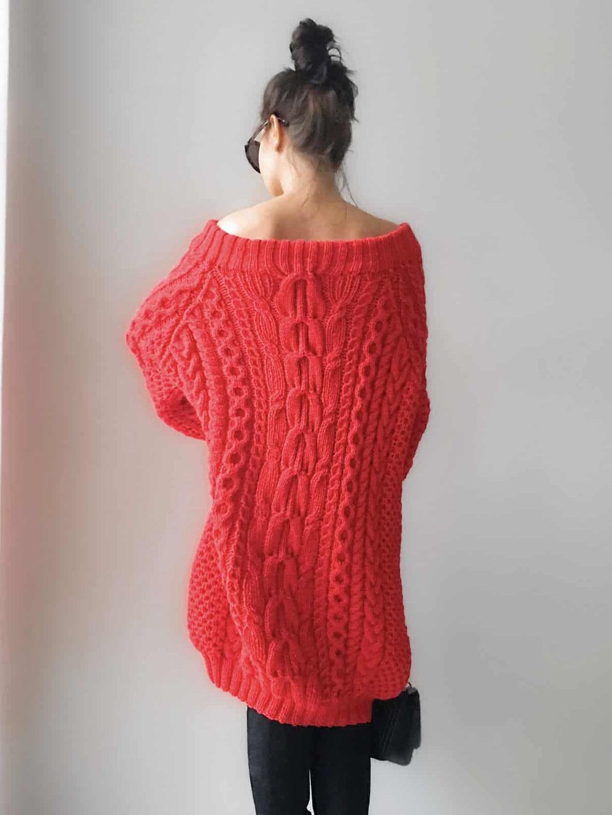 На второй фотографии объемное вязаное платье в косах со спины от Shapar, бренда женской одежды ручной работы в интернет-магазине связанных спицами вещей.
