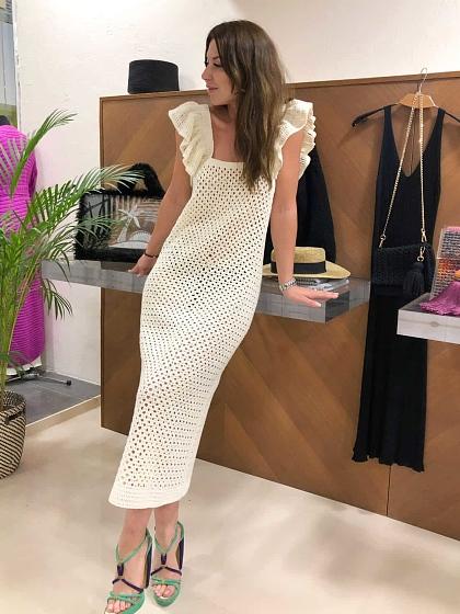 На фотографии вязаное платье летнее из хлопка от Shapar, бренда женской одежды ручной работы в интернет-магазине связанных спицами вещей.