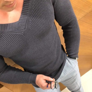 На фотографии серый пуловер мужской от Shapar, бренда вязаной одежды ручной работы в интернет-магазине связанных спицами вещей.