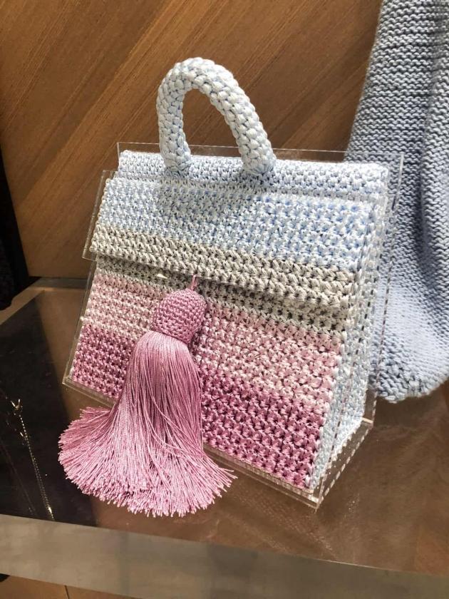 На фотографии женская вязаная сумка цветная от Shapar, бренда вещей и аксессуаров ручной работы в интернет-магазине связанной спицами одежды.