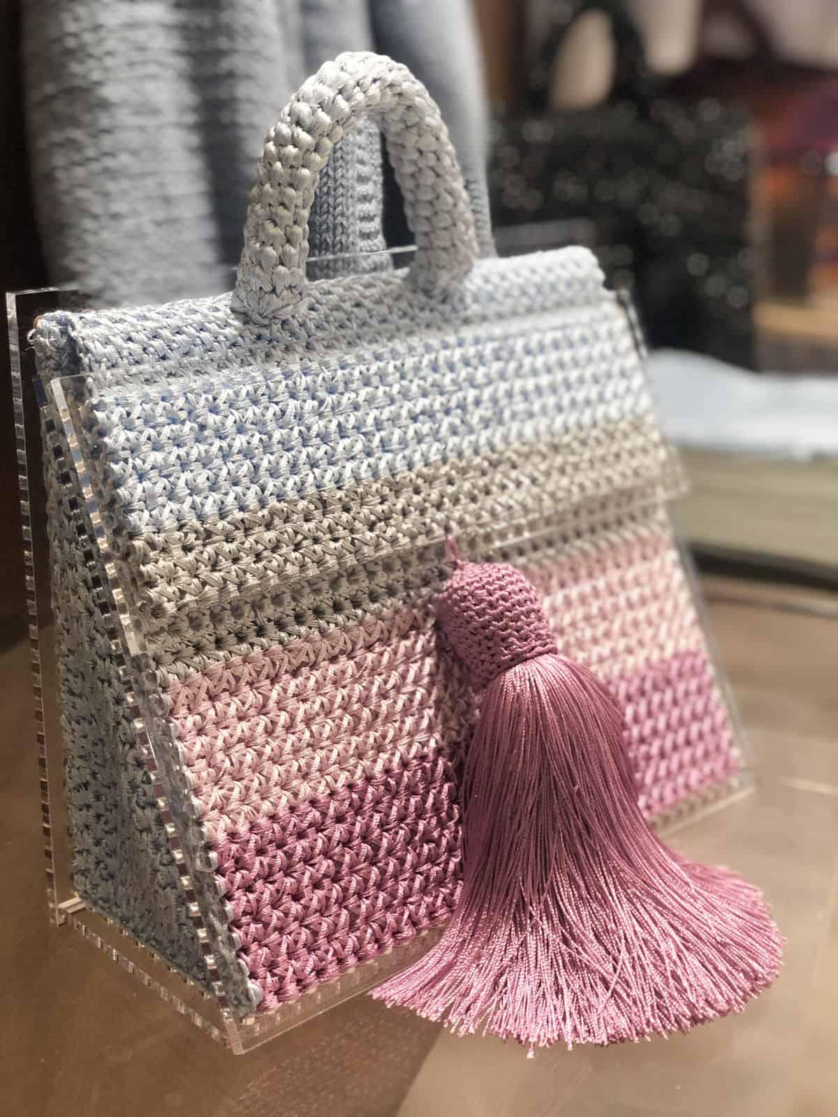 На шестой фотографии женская цветная сумка в полоску от Shapar, бренда вязаных вещей и аксессуаров ручной работы в интернет-магазине связанной спицами одежды.