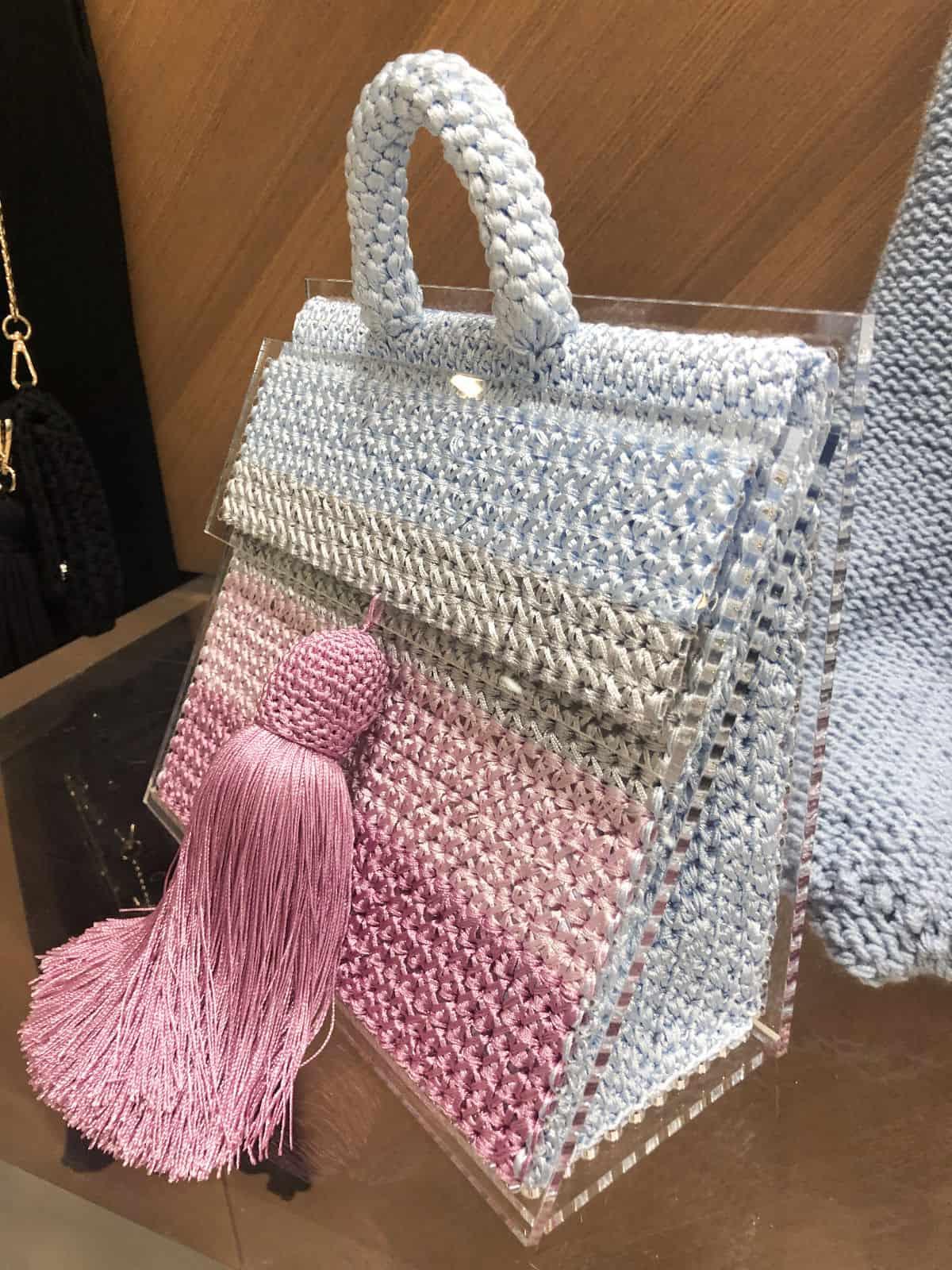 На пятой фотографии нарядная вязаная сумка цветная от Shapar, бренда вещей и аксессуаров ручной работы в интернет-магазине связанной спицами одежды.