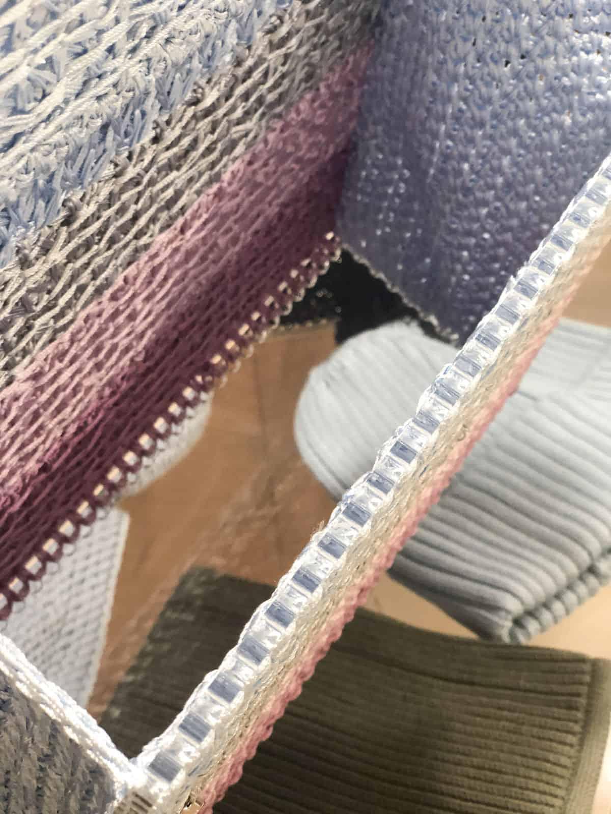 На четвертой фотографии женская вязаная сумка цветная с прозрачным дном от Shapar, бренда вещей и аксессуаров ручной работы в интернет-магазине связанной спицами одежды.