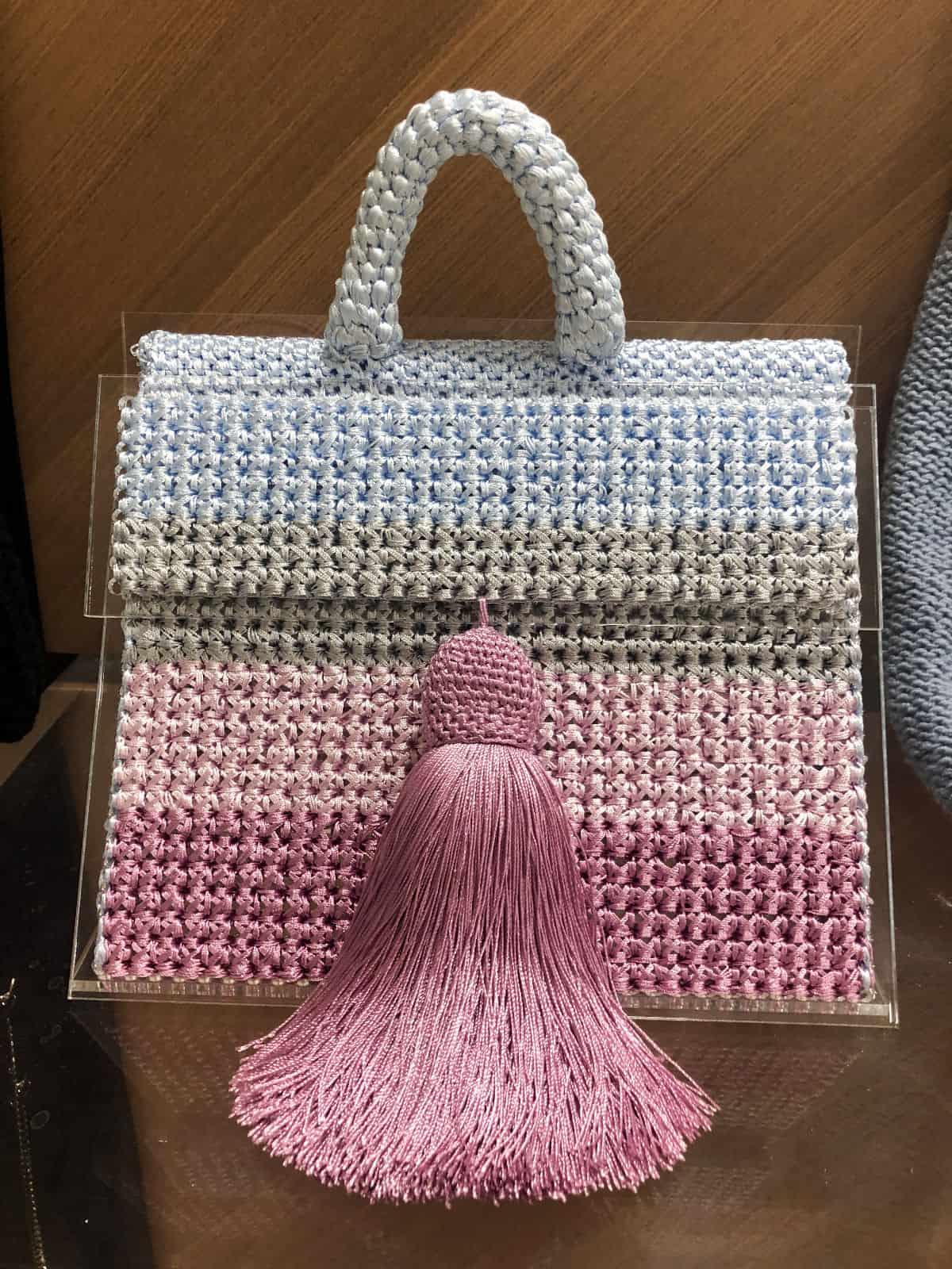 На третьей фотографии модная вязаная сумка цветная для девушек и женщин от Shapar, бренда вещей и аксессуаров ручной работы в интернет-магазине связанной спицами одежды.