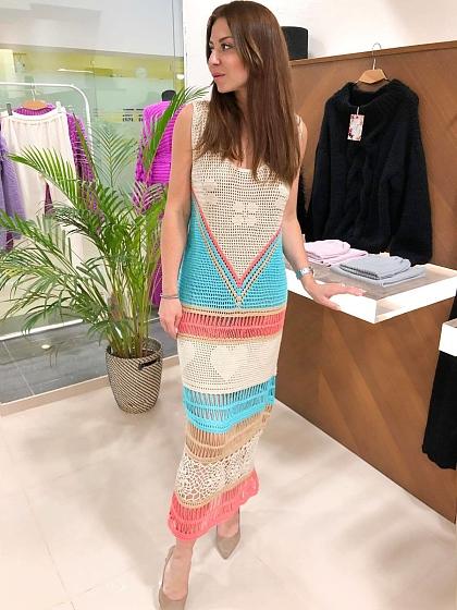 На фотографии летнее вязаное платье крючком для женщин от Shapar, бренда одежды ручной работы в интернет-магазине связанных спицами вещей.