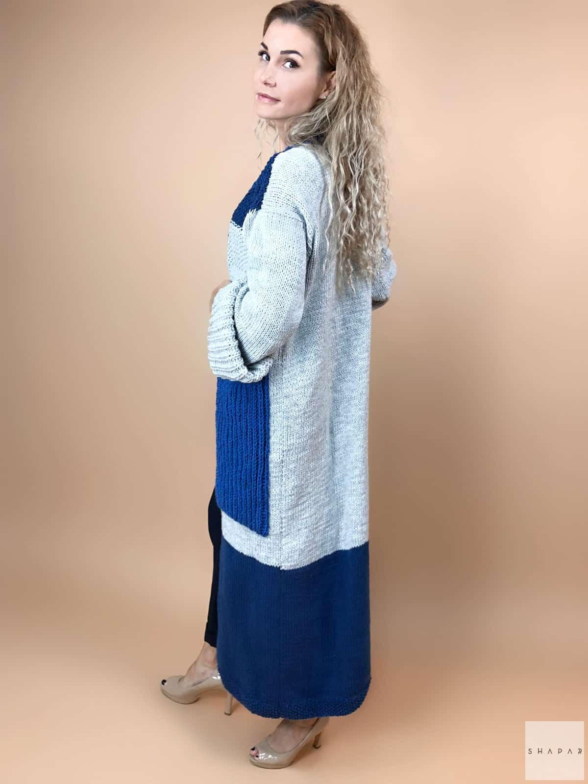 На пятой фотографии серый женский кардиган с карманами и синими карманами от Shapar, бренда вязаной одежды ручной работы в интернет-магазине связанных вещей.