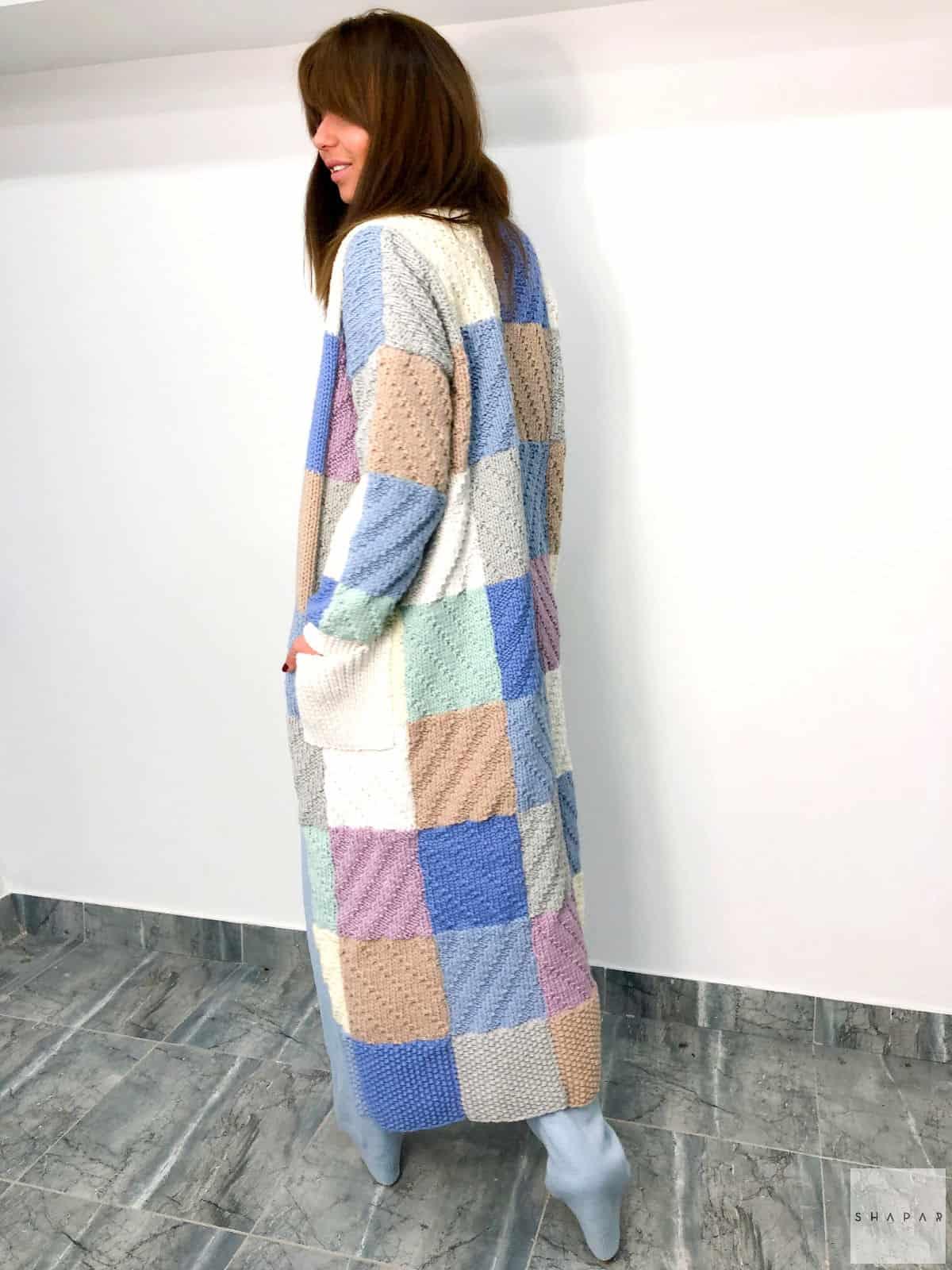 На третьей фотографии женский стильный длинный кардиган с узором от Shapar, бренда эксклюзивной одежды ручной работы в интернет-магазине связанных вещей.