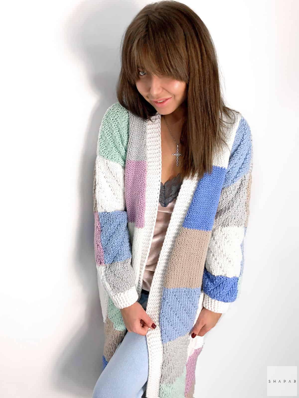 На четвертой фотографии женский стильный длинный кардиган с оригинальным узором от Shapar, бренда эксклюзивной одежды ручной работы в интернет-магазине связанных вещей.