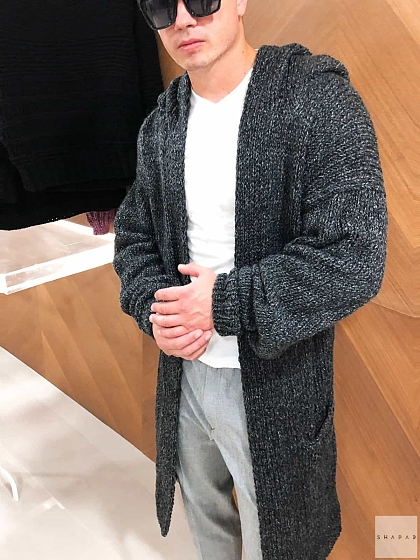 На фотографии мужской кардиган длинный от Shapar, бренда вязаной одежды ручной работы в интернет-магазине связанных спицами вещей.