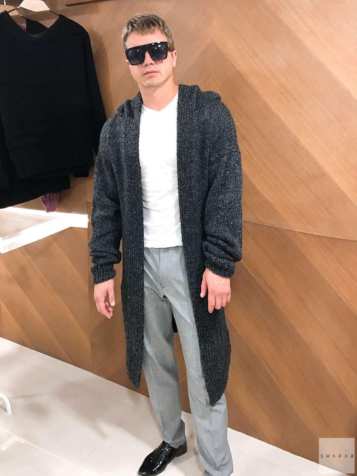 На пятой фотографии модный мужской кардиган длинный с карманами от Shapar, бренда вязаной одежды ручной работы в интернет-магазине связанных спицами вещей.