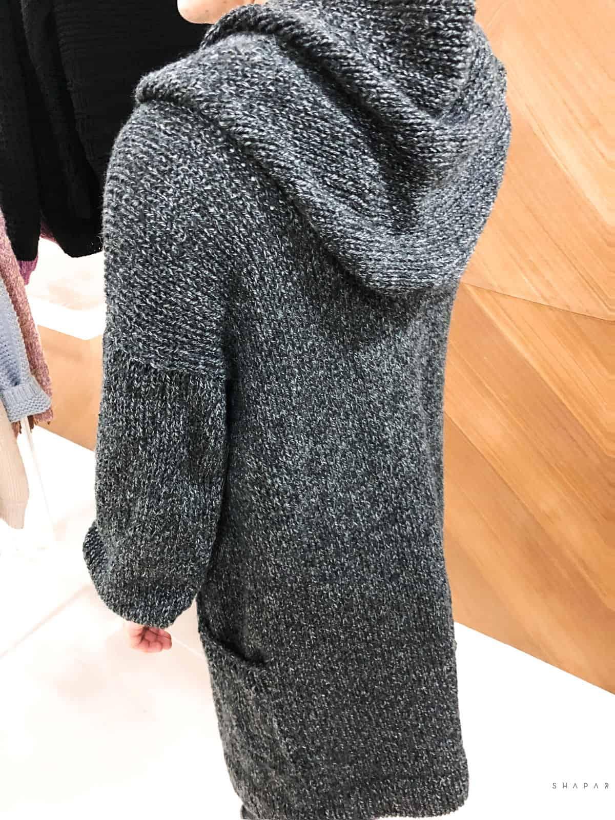 На четвертой фотографии мужской кардиган длинный с капюшоном от Shapar, бренда вязаной одежды ручной работы в интернет-магазине связанных спицами вещей.