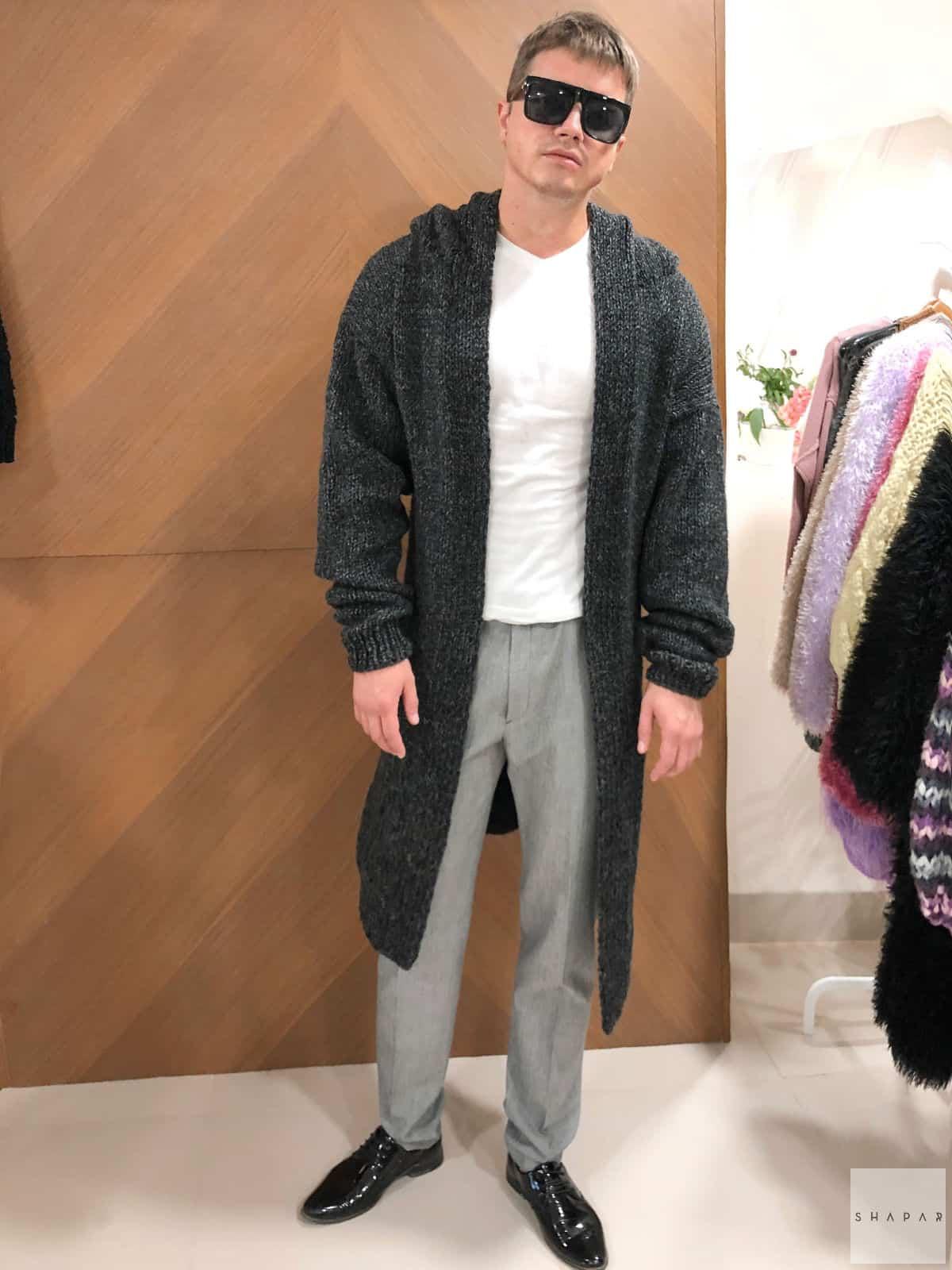 На третьей фотографии мужской кардиган длинный серого цвета меланж от Shapar, бренда вязаной одежды ручной работы в интернет-магазине связанных спицами вещей.