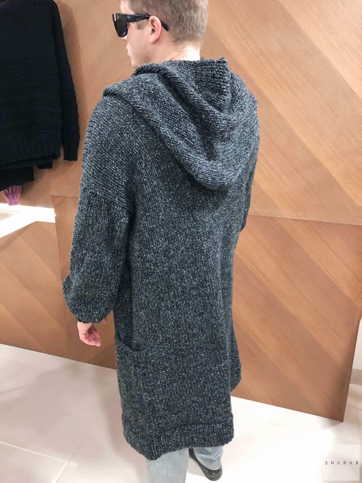 На второй фотографии мужской кардиган длинный со спины от Shapar, бренда вязаной одежды ручной работы в интернет-магазине связанных спицами вещей.