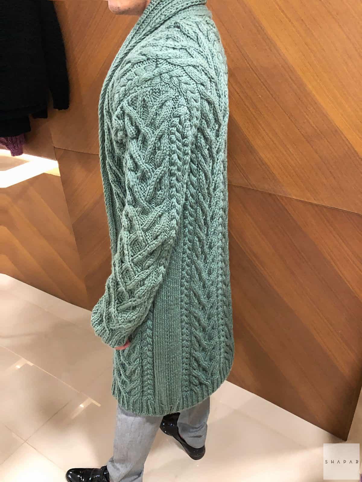На третьей фотографии длинный мужской кардиган с воротником от Shapar, бренда вязаной одежды ручной работы в интернет-магазине связанных спицами вещей.