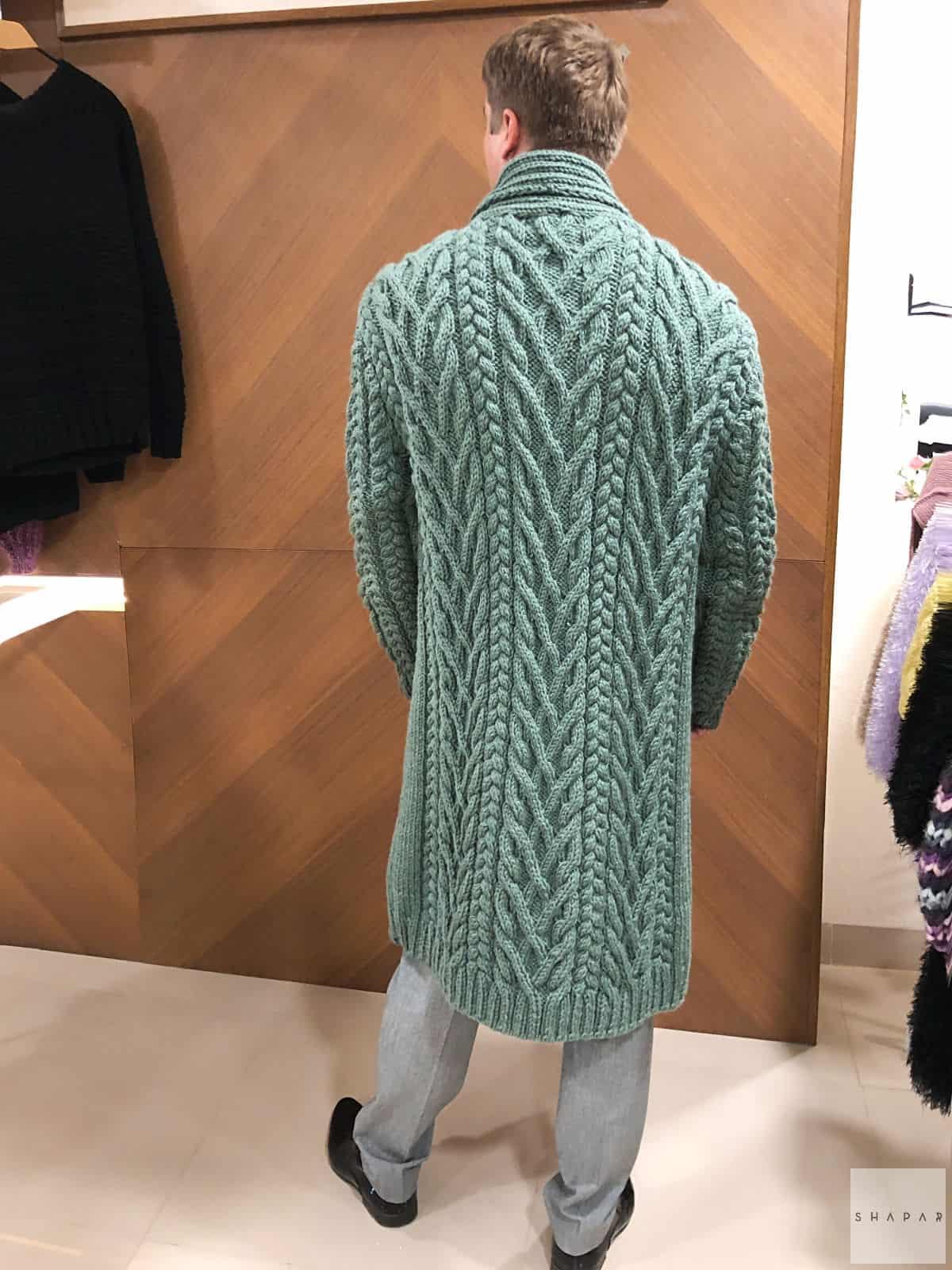 На второй фотографии мужской кардиган с воротником со спины от Shapar, бренда вязаной одежды ручной работы в интернет-магазине связанных спицами вещей.