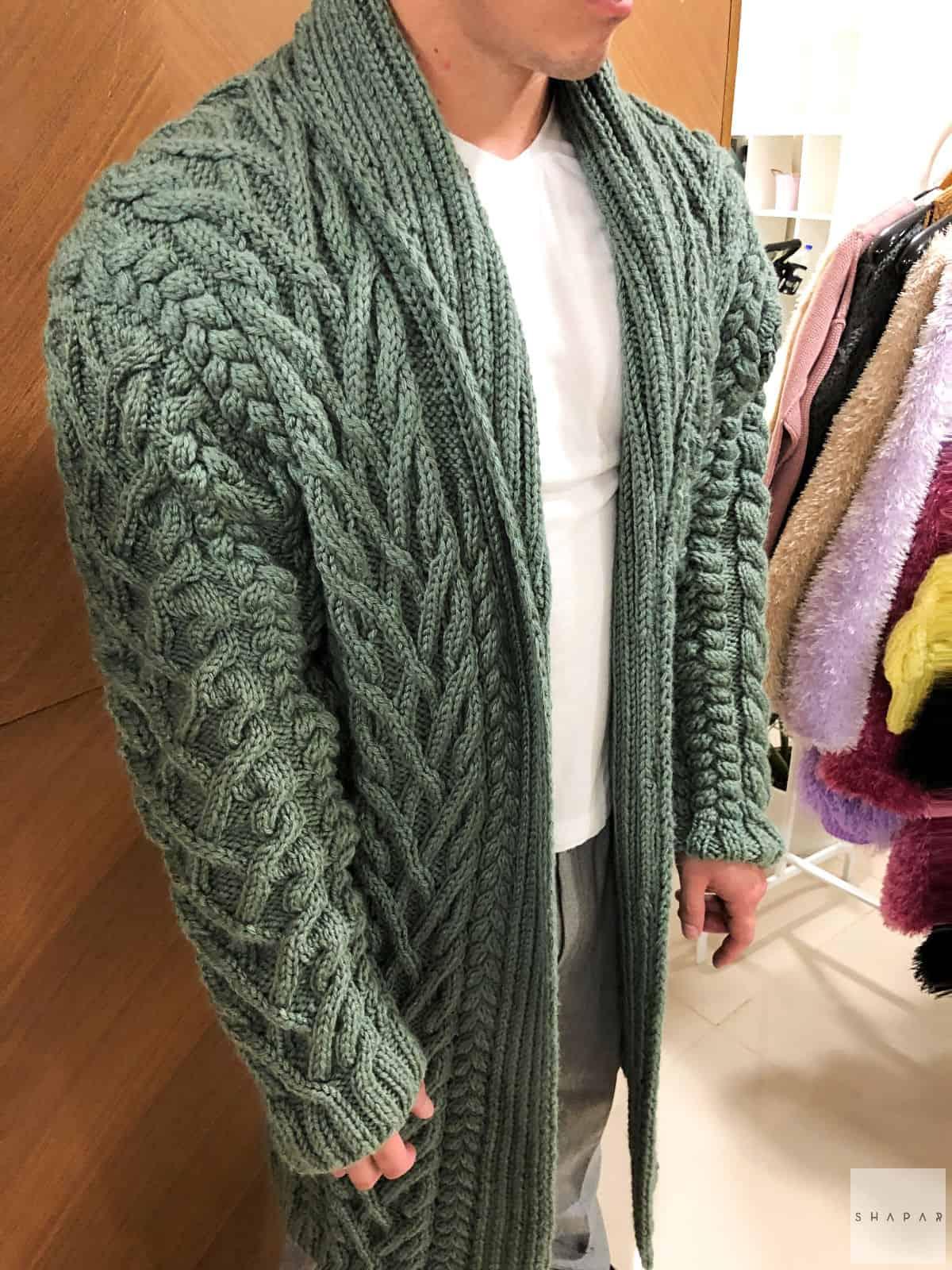 На четвертой фотографии мужской кардиган с воротником в косах от Shapar, бренда вязаной одежды ручной работы в интернет-магазине связанных спицами вещей.