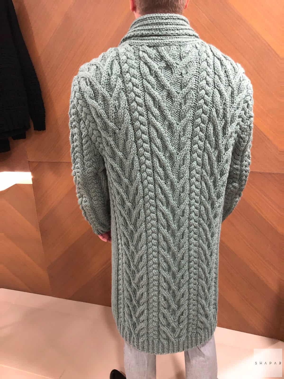 На пятой фотографии модный кардиган с воротником для мужчин от Shapar, бренда вязаной одежды ручной работы в интернет-магазине связанных спицами вещей.