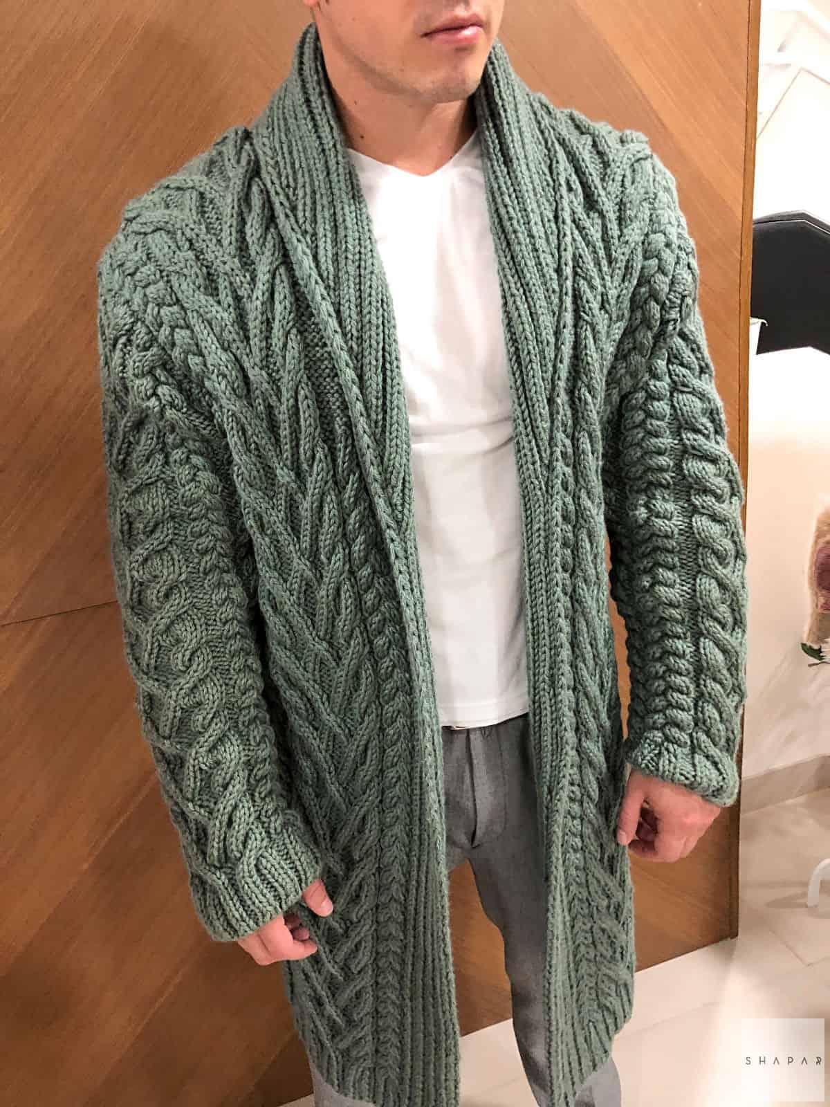 На фотографии мужской кардиган с воротником от Shapar, бренда вязаной одежды ручной работы в интернет-магазине связанных спицами вещей.