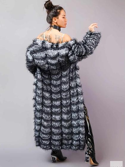 На фотографии женский шикарный кардиган на выход для искушенных модниц от Shapar, бренда вязаной одежды ручной работы в интернет-магазине связанных спицами вещей.