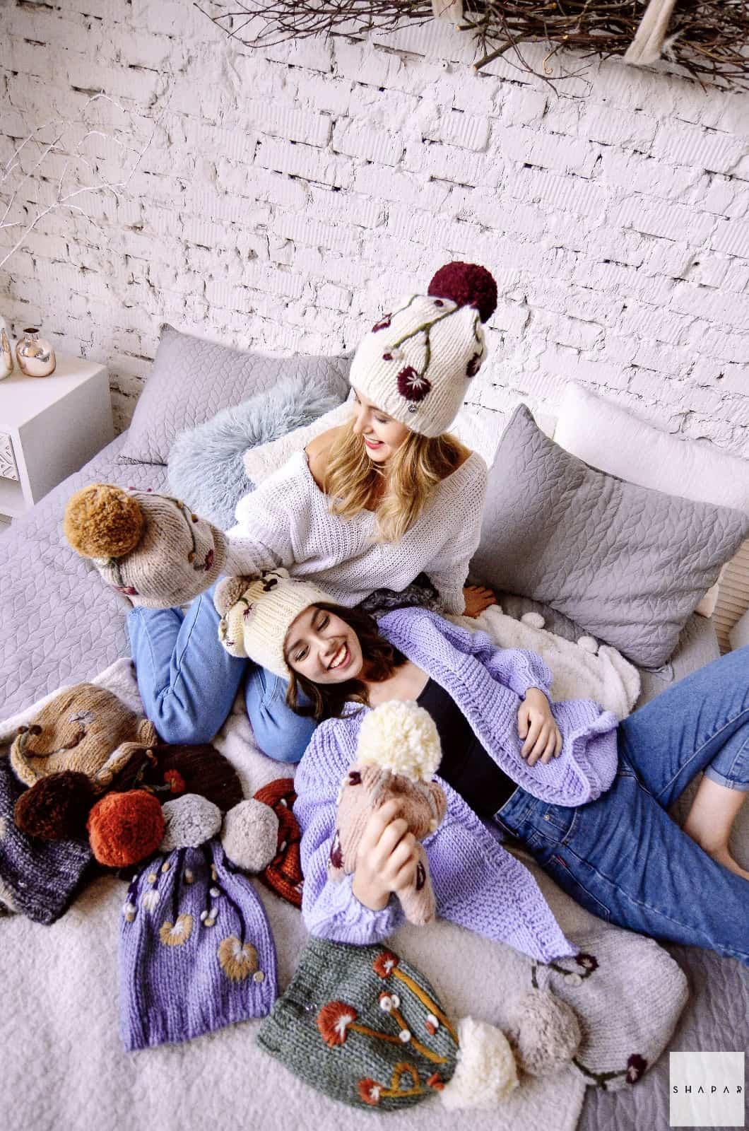На пятой фотографии короткий сиреневый кардиган спицами для искушенных модниц и автоледи от Shapar, бренда вязаной одежды ручной работы в интернет-магазине связанных спицами вещей.