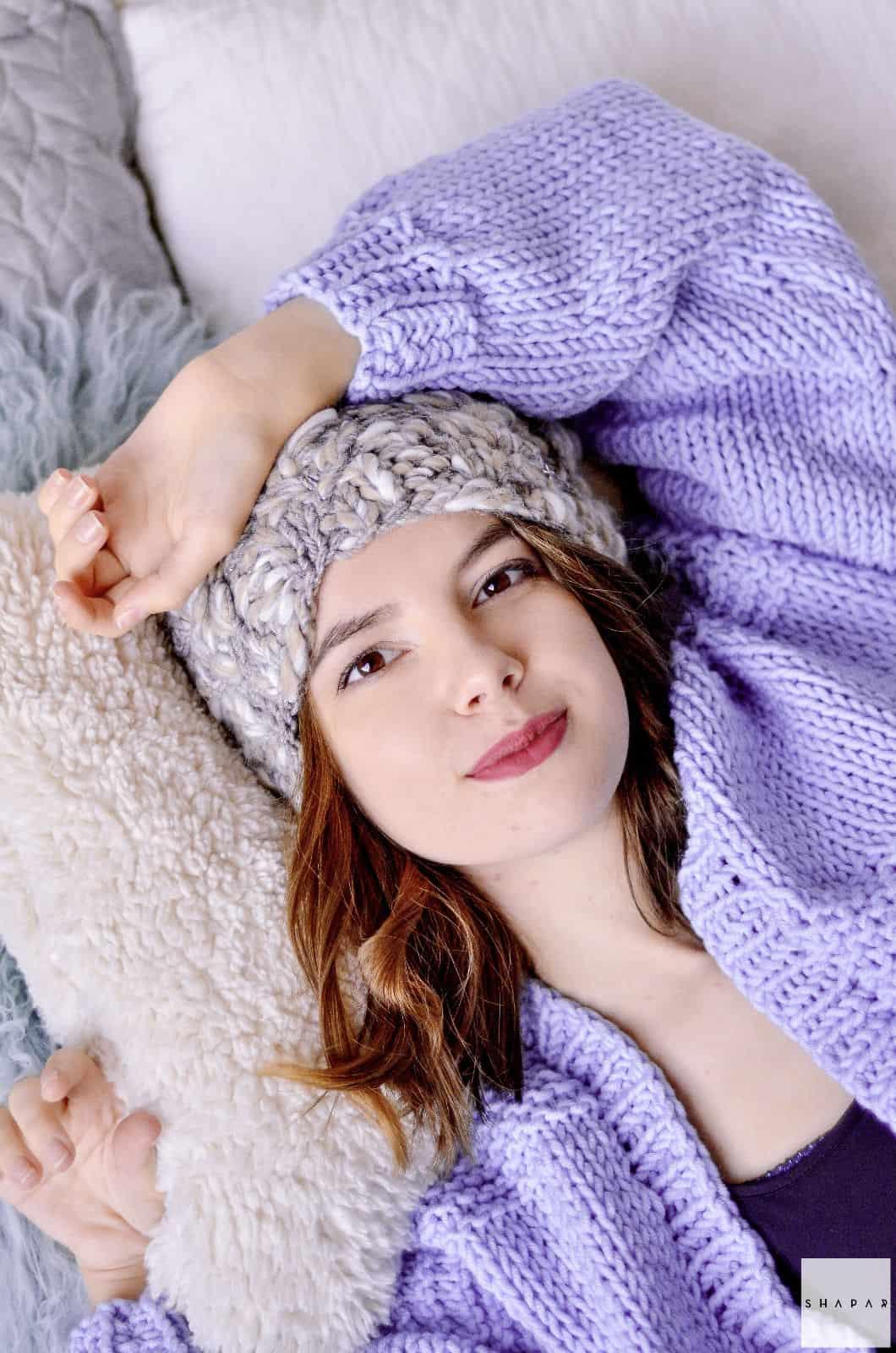 На шестой фотографии женский кардиган спицами сиреневого цвета от Shapar, бренда вязаной одежды ручной работы в интернет-магазине связанных спицами вещей.