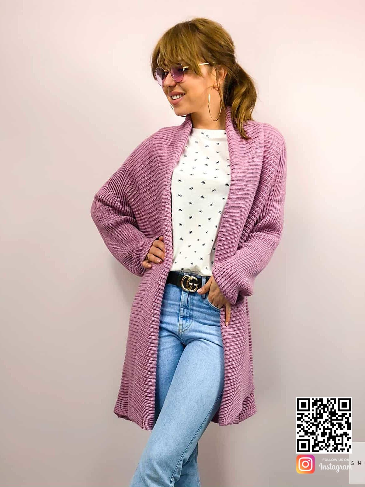 На фотографии модный базовый кардиган для женщин и девушек от Shapar, бренда вязаной одежды ручной работы в интернет-магазине связанных спицами вещей.
