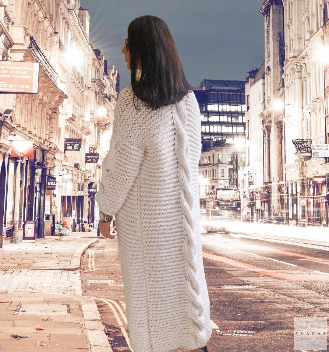 На фотографии женский белый кардиган с косой на спине от Shapar, бренда вязаной одежды ручной работы в интернет-магазине связанных спицами вещей.