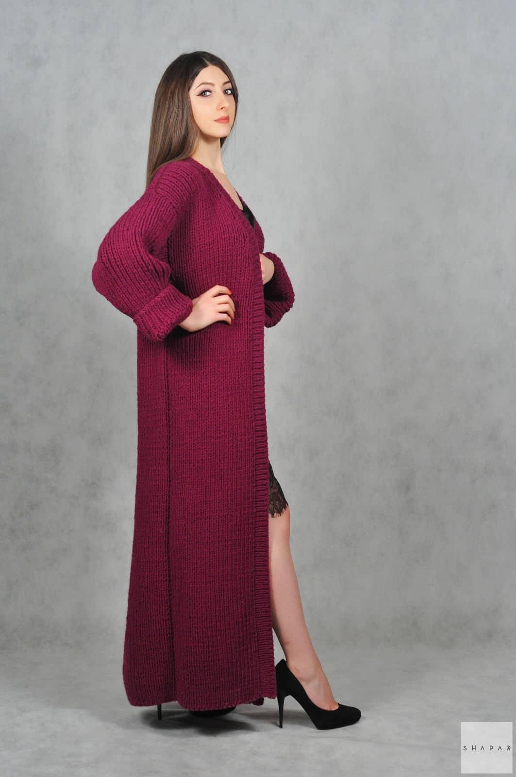 На четвертой фотографии стильный бордовый кардиган для искушенных модниц от Shapar, бренда вязаной одежды ручной работы в интернет-магазине связанных спицами вещей.
