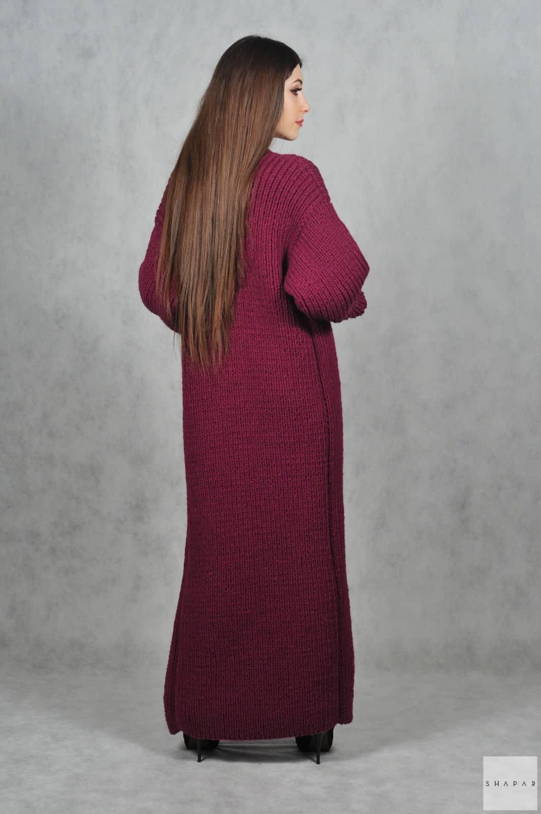 На второй фотографии женский бордовый кардиган со спины от Shapar, бренда вязаной одежды ручной работы в интернет-магазине связанных спицами вещей.