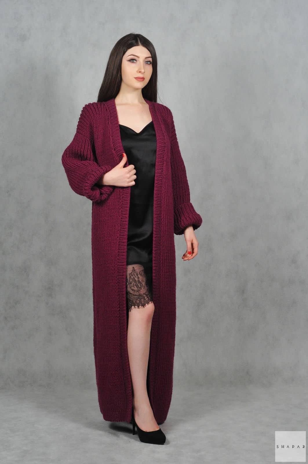 На фотографии женский бордовый кардиган от Shapar, бренда вязаной одежды ручной работы в интернет-магазине связанных спицами вещей.