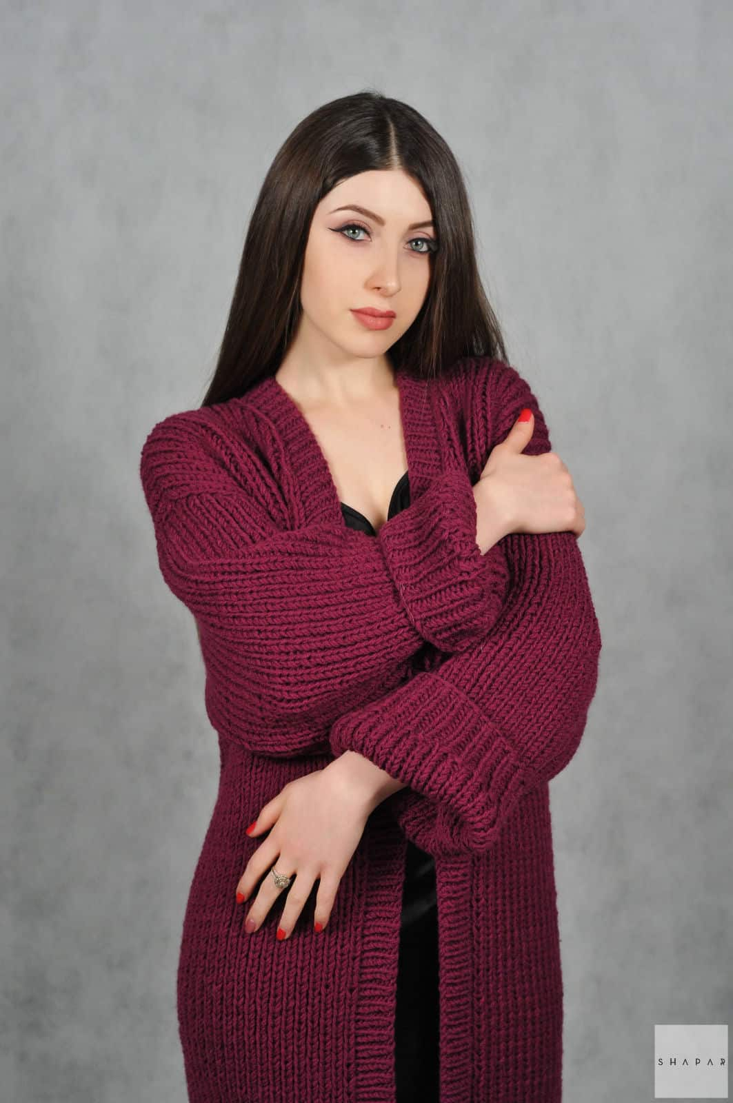 На пятой фотографии теплый бордовый кардиган от Shapar, бренда вязаной одежды ручной работы в интернет-магазине связанных спицами вещей.