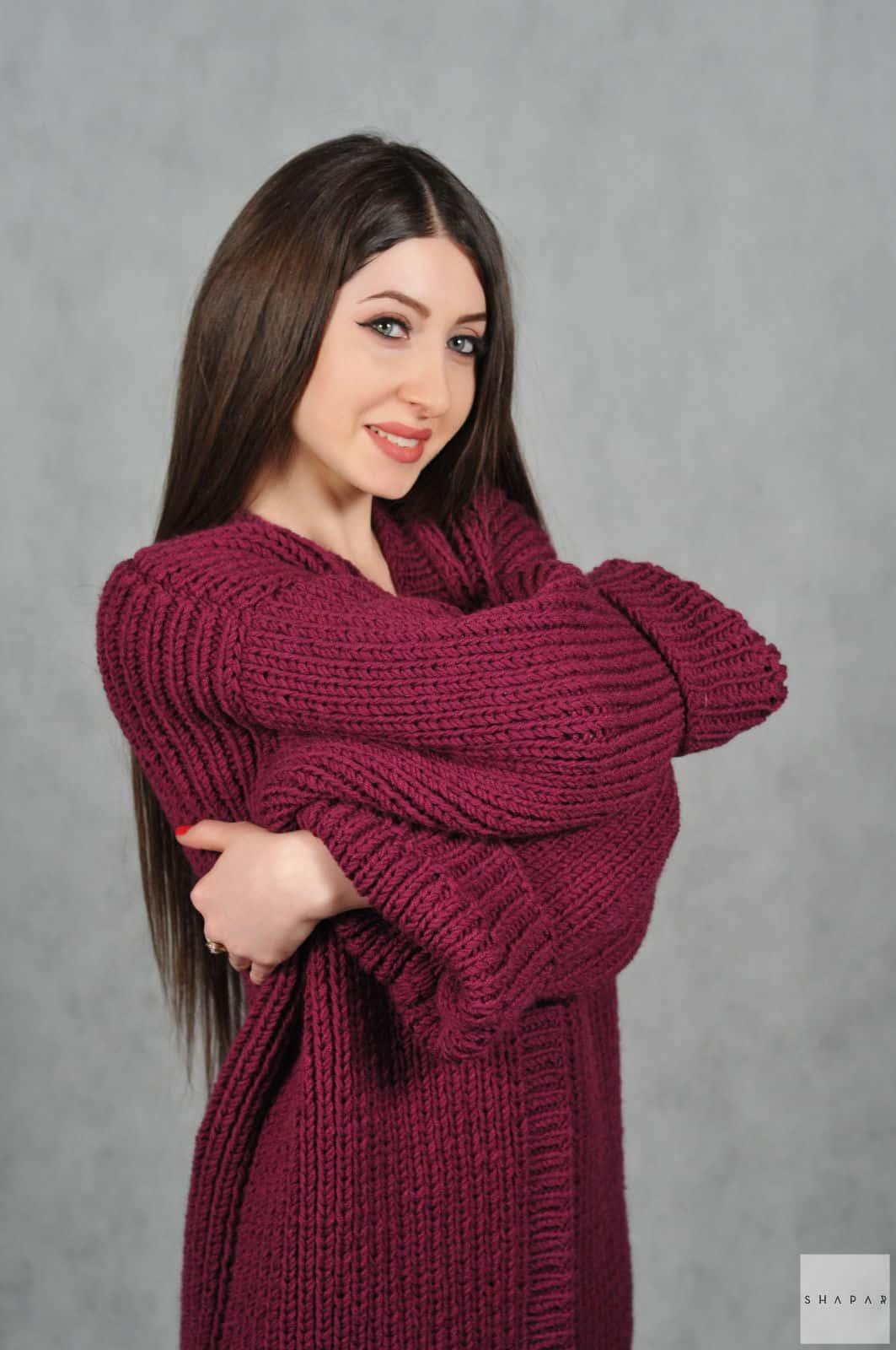 На шестой фотографии длинный бордовый кардиган для прохладных дней от Shapar, бренда вязаной одежды ручной работы в интернет-магазине связанных спицами вещей.