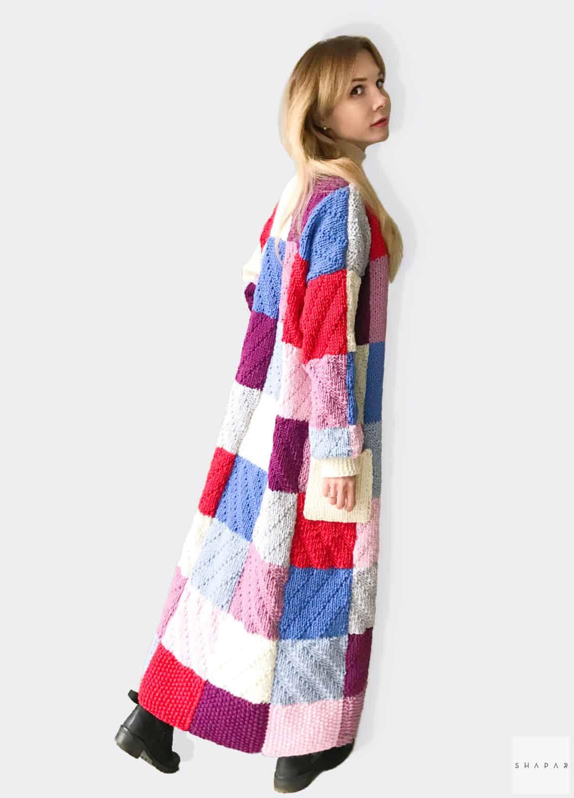 На третьей фотографии длинный цветной кардиган от Shapar, бренда вязаной одежды ручной работы в интернет-магазине связанных спицами вещей.