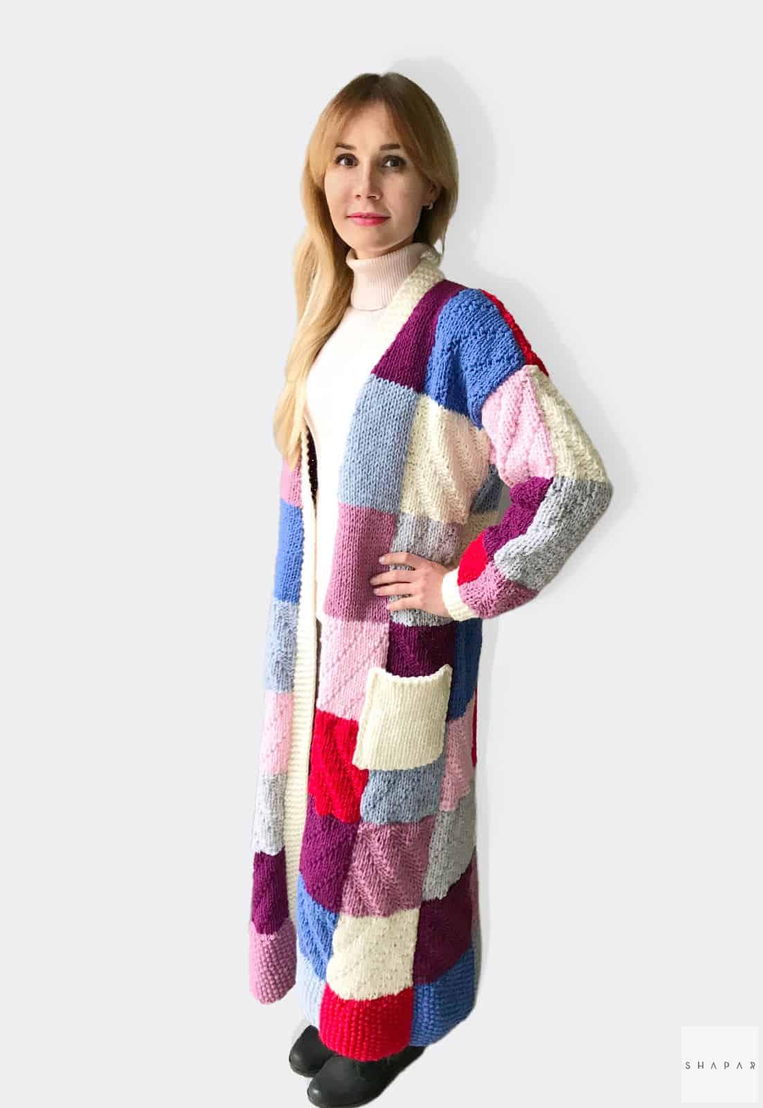 На второй фотографии цветной кардиган для девушек  и женщин от Shapar, бренда вязаной одежды ручной работы в интернет-магазине связанных спицами вещей.