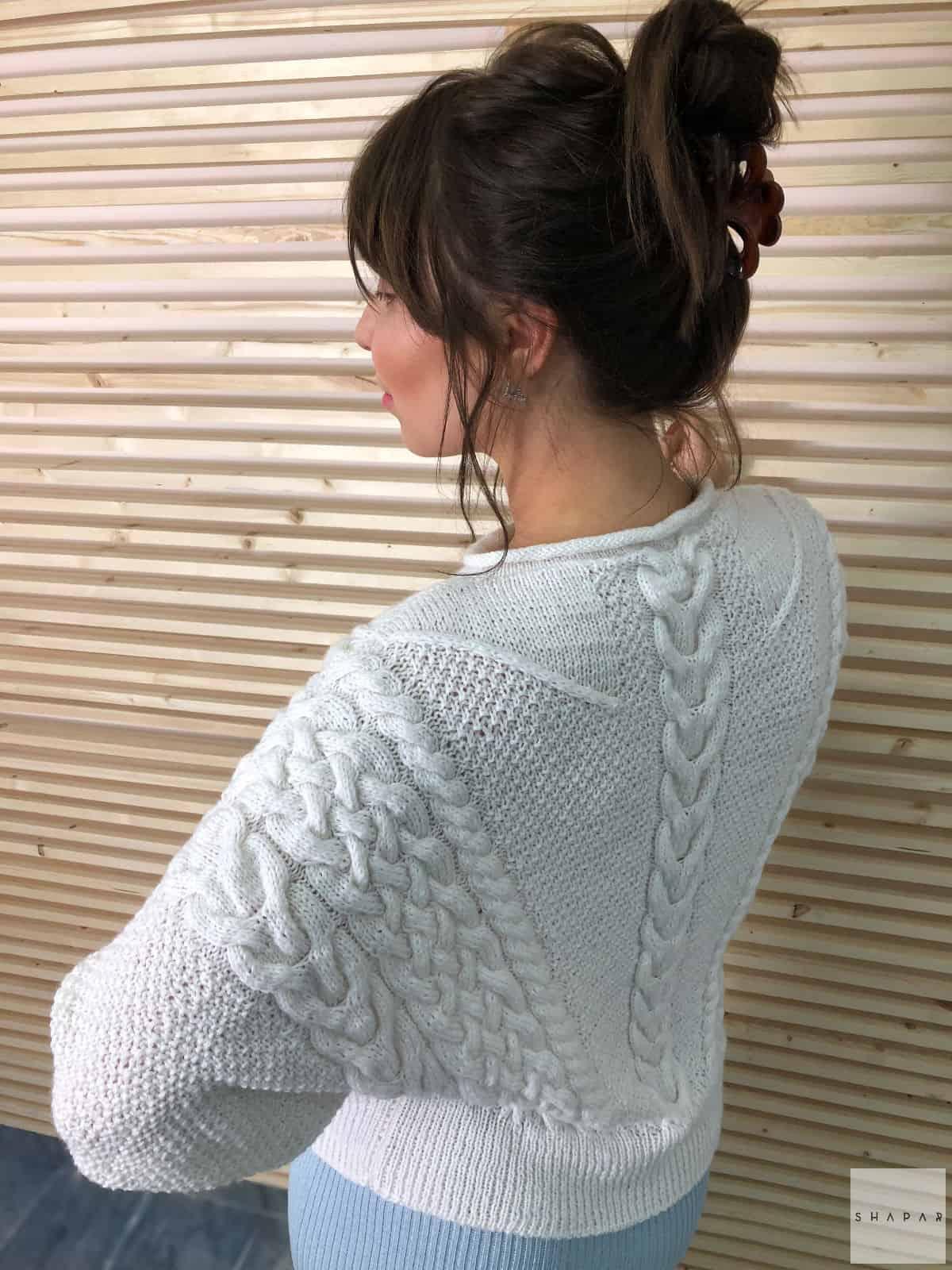 На второй фотографии вязаный свитер для женщин спицами со спины от Shapar, бренда одежды ручной работы в интернет-магазине авторских связанных вещей.