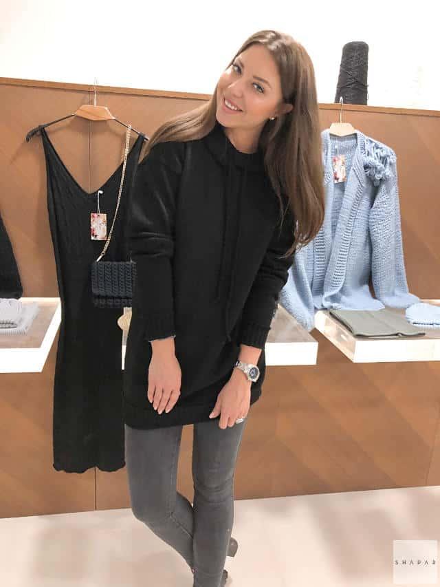На фотографии вязаная толстовка женская от Shapar, бренда одежды ручной работы в интернет-магазине связанных спицами вещей.