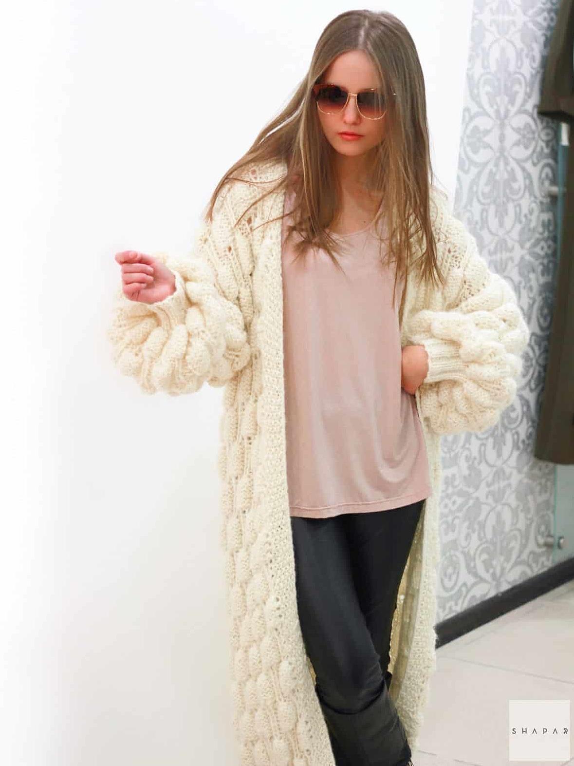 На фотографии вязаный кардиган спицами для женщин от Shapar, бренда одежды ручной работы в интернет-магазине связанных вещей.