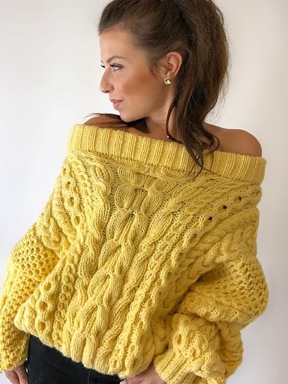 На фотографии желтый свитер женский от Shapar, бренда вязаной одежды ручной работы в интернет-магазине связанных спицами вещей.