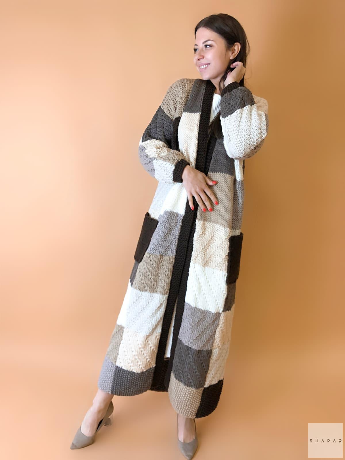 На пятой фотографии коричневый женский кардиган для модниц от Shapar, бренда одежды ручной работы в интернет-магазине вязаных спицами вещей.