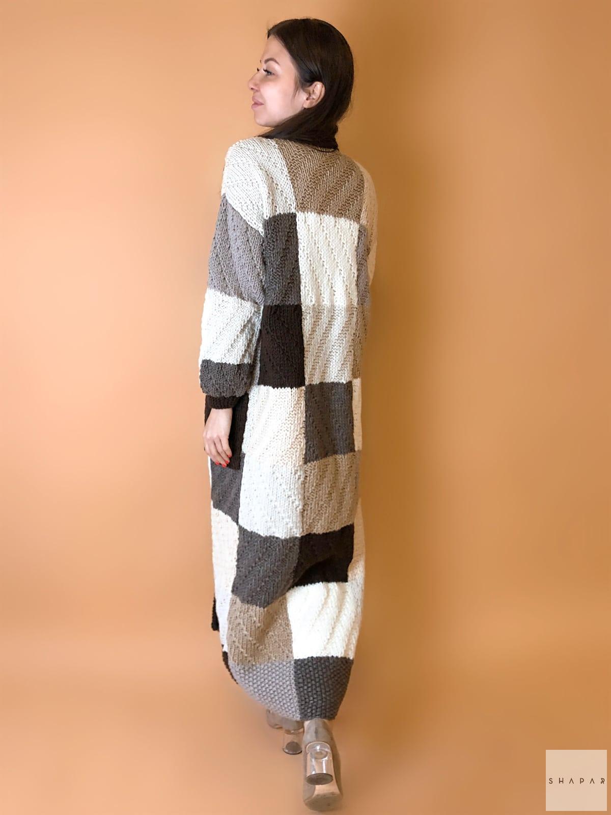 На второй фотографии длинный коричневый женский кардиган со спины от Shapar, бренда вязаной одежды ручной работы в интернет-магазине связанных спицами вещей.