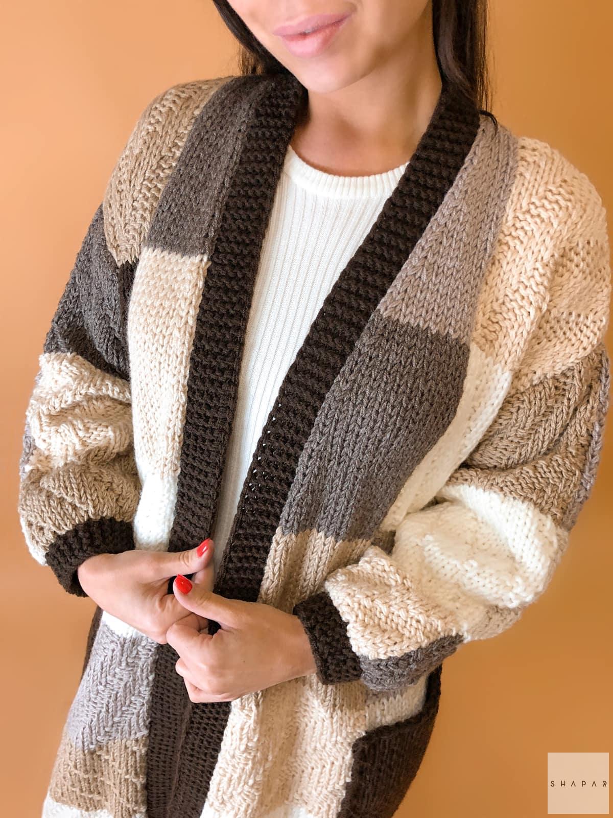 На шестой фотографии коричневый женский кардиган из цветных квадратов от Shapar, бренда вязаной одежды ручной работы в интернет-магазине связанных спицами вещей.