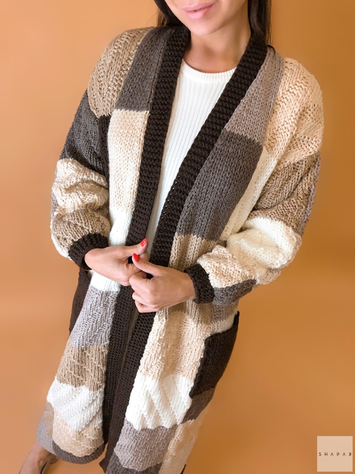 На четвертой фотографии красивый коричневый кардиган для девушек и женщин от Shapar, бренда вязаной одежды ручной работы в интернет-магазине связанных спицами вещей.