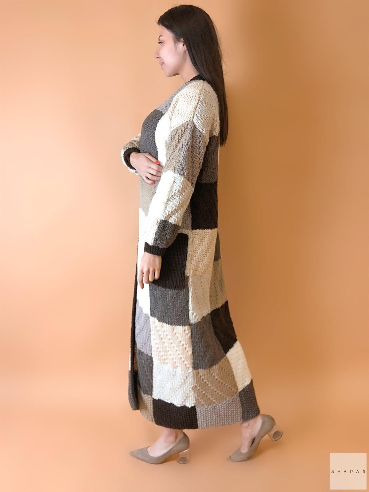 На третьей фотографии коричневый женский кардиган с орнаментом от Shapar, бренда вязаной одежды ручной работы в интернет-магазине связанных спицами вещей.
