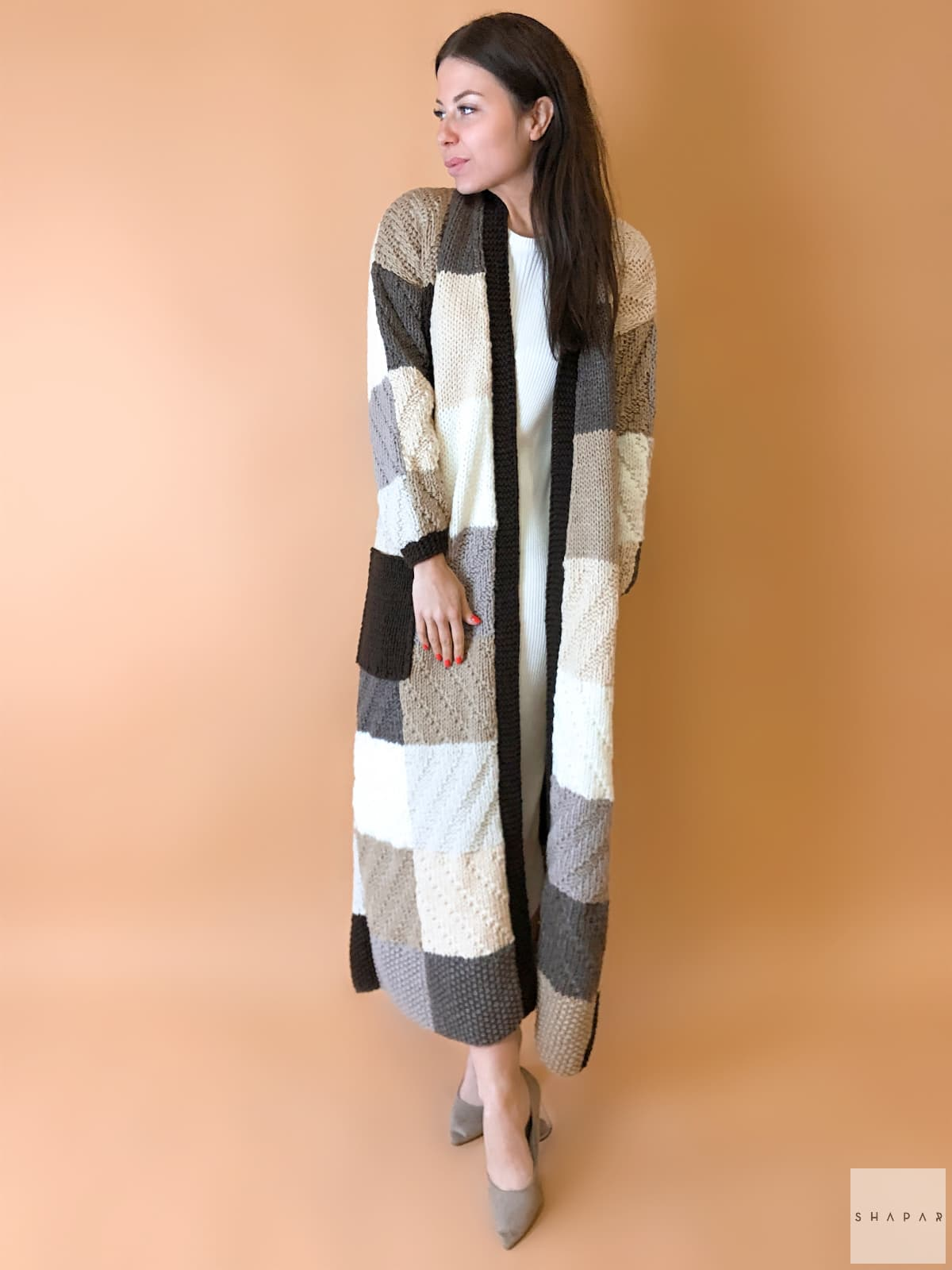 На фотографии коричневый женский кардиган от Shapar, бренда вязаной одежды ручной работы в интернет-магазине связанных спицами вещей.