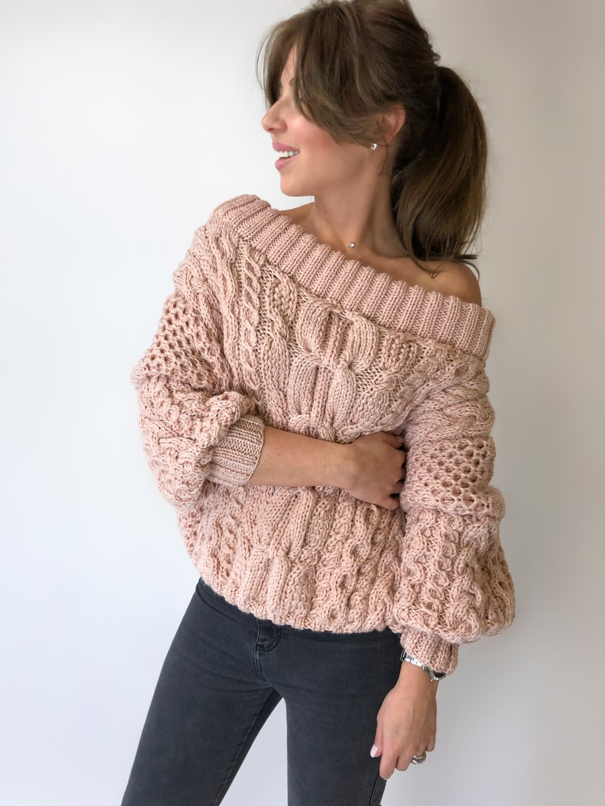 На фотографии женский джемпер со спущенным плечом от Shapar, бренда вязаной одежды ручной работы в интернет-магазине связанных спицами вещей.