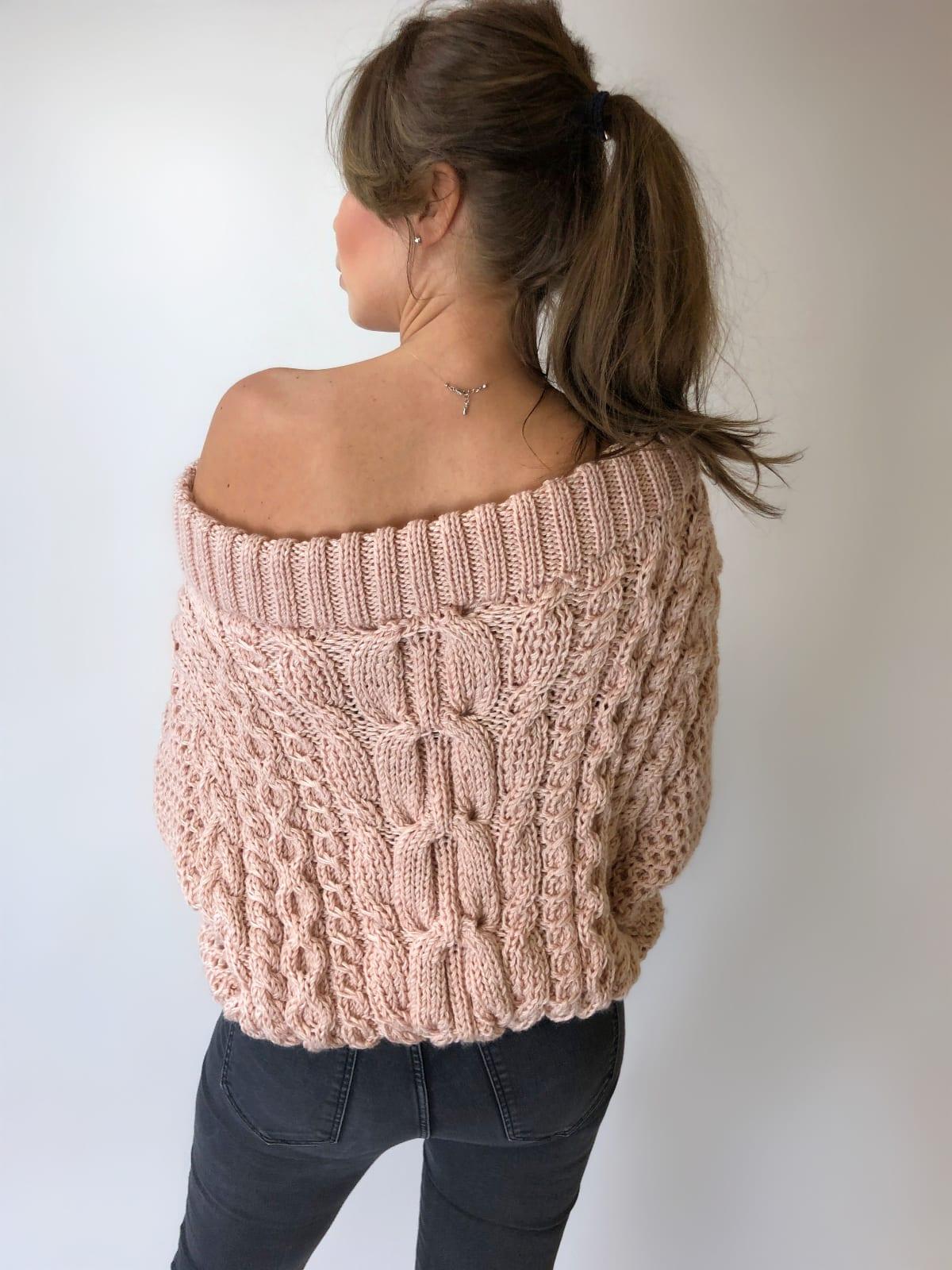 На третьей фотографии женский джемпер со спущенным плечом кремового цвета от Shapar, бренда вязаной одежды ручной работы в интернет-магазине связанных спицами вещей.