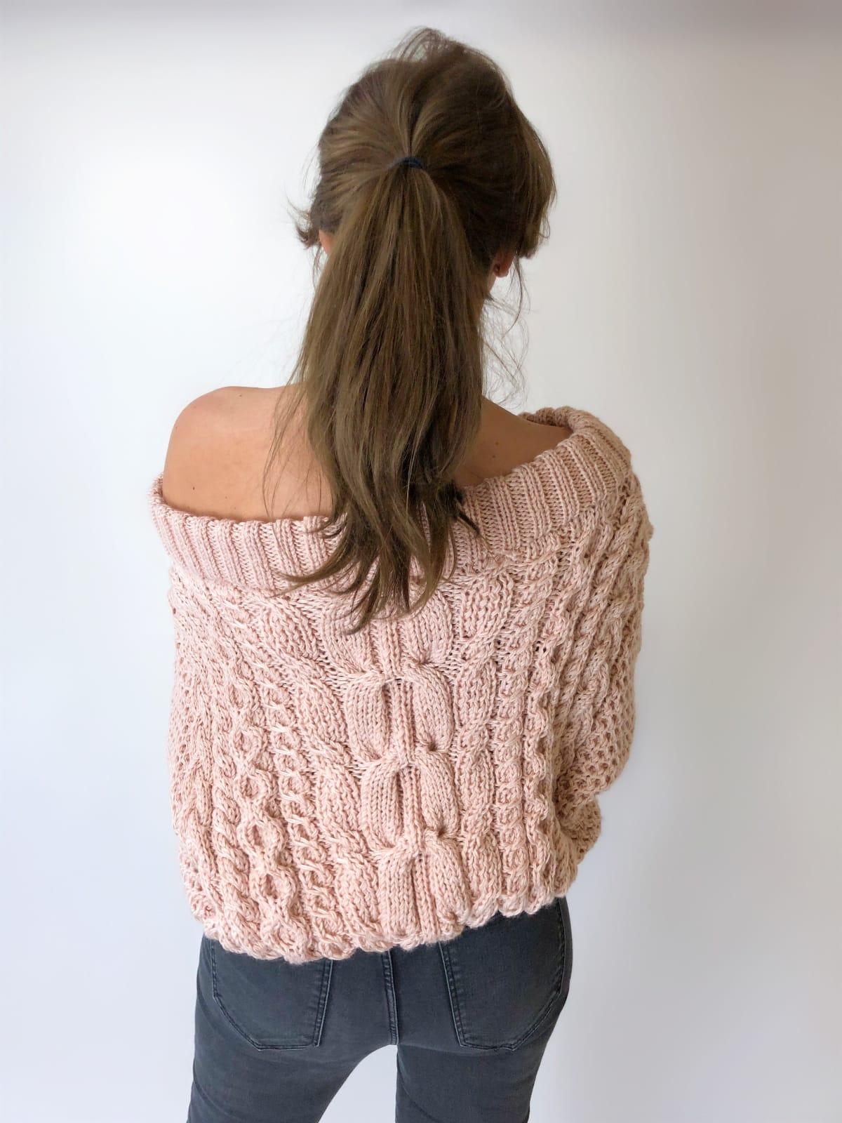 На пятой фотографии стильный женский джемпер со спущенным плечом от Shapar, бренда вязаной одежды ручной работы в интернет-магазине связанных спицами вещей.